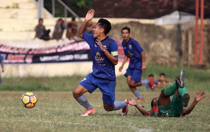 Gelandang serang sekaligus kapten tim Persem David Aprilianto ditakling pemain PSID Jombang saat kedua tim bertemu di babak penyisihan grup Liga 3 Regional Jatim, Juli lalu.