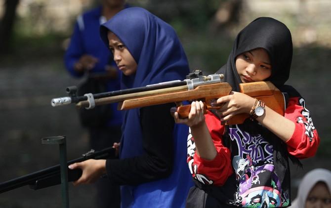 Atlet putri pemula saat berlatih menembak di lapangan Kwarcab Pramuka, Desa Jabon, Kecamatan Mojoanyar, Kabupaten Mojokerto.
