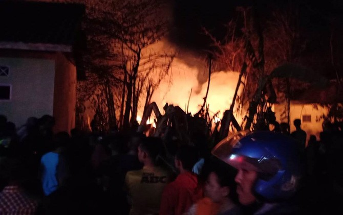 Warga berkerumun melihat kebakaran yang melanda gudang produksi pintu dan kayu di Desa Pesanggrahan, Kecamatan Kutorejo, Kabupaten Mojokerto.