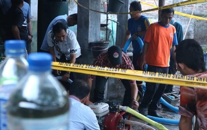 Sumur milik salah satu warga Dusun Panjer, Desa Tunggalpager, Kecamatan Pungging, Kabupaten Mojokerto dikuras, Selasa (23/10).