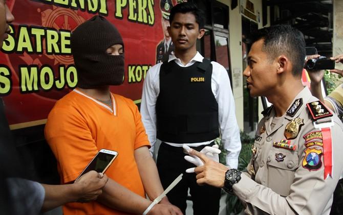 Kapolresta Mojokerto AKBP Sigit Dany Setiyono menginterogasi tersangka Muh. Aris.