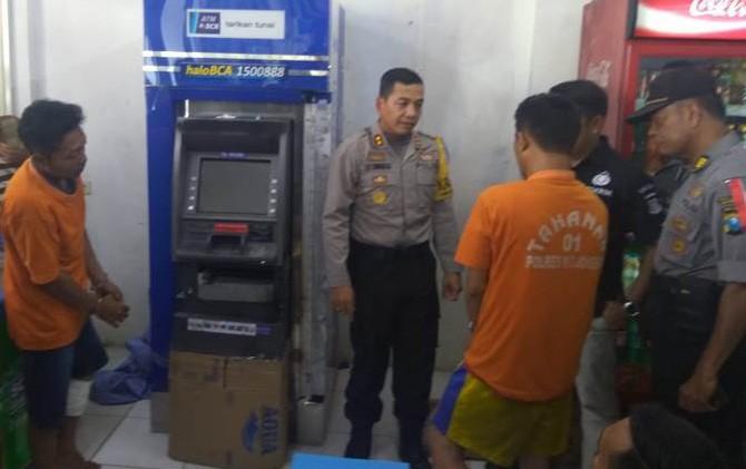 Kapolres Mojokerto AKBP Leonardus Simarmata saat menginterogasi tersangka pembobol ATM BCA di Indomaret Jalan Raya Trowulan, Kabupaten Mojokerto.