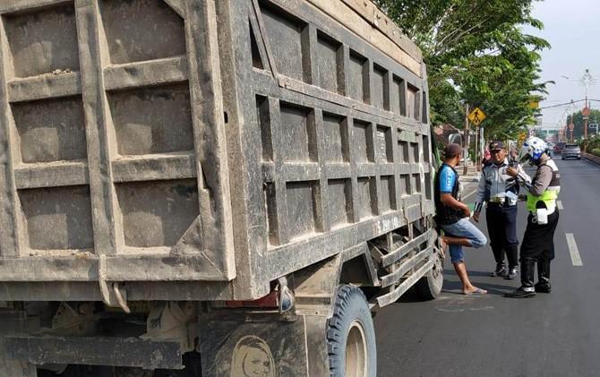 Petugas menindak truk pengangkut galian C di Jalan Gajah Mada, Kota Mojokerto.