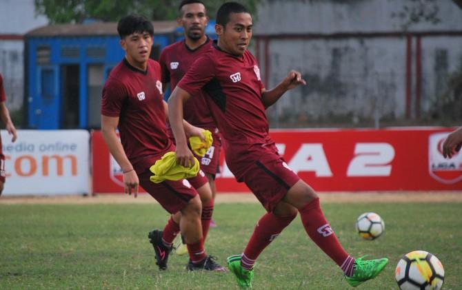 Penyerang PSMP Samsul Pellu (kiri) dan bek Kalteng Putra Fandy Edy (kanan) akan saling berhadapan di laga pekan ketiga babak 8 besar Liga 2 di Stadion Gajah Mada Mojosari sore ini.