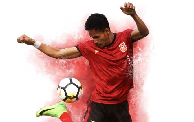 Penyerang PSMP Haris Tuharea mengontrol bola saat pertandingan pekan kedua melawan Aceh United di Stadion Gajah Mada Mojosari, Mojokerto, Senin (29/10).
