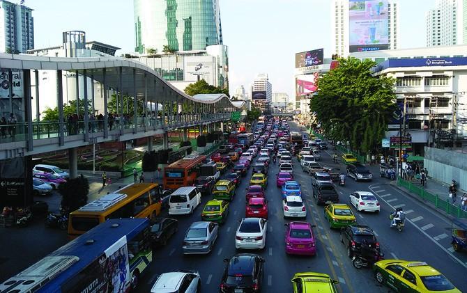 Kondisi jalan raya di Kota Bangkok, Thailand dipenuhi mobil.
