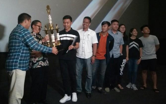 Tim produksi film Lost in Prestigious City dari SMA TNH Kota Mojokerto memerima penghargaan di Gedung CGV Sinema Sunrise Mall Mojokerto.