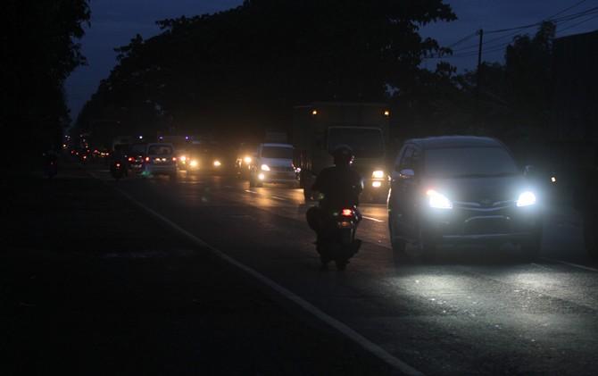 Sepanjang Jalan Raya Bypass Mojokerto yang menjadi jalur trans Nasional sampai saat ini masih minim PJU.