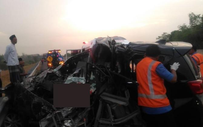 Petugas PJR Tol Sumo dan warga saat mendatangi mobil Toyota Innova tidak lama setelah mengalami kecelakaan.