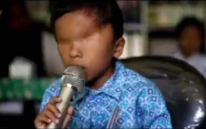 Penggalan cuplikan video klip Azam yang telah beredar di YouTube. Siswa kelas I SLB Kemlagi, Kabupaten Mojokerto ini membawa lagu berjudul Ibu.