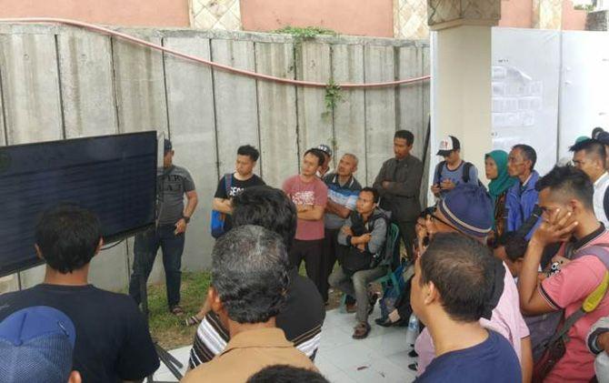 Peserta CPNS Kota Mojokerto saat melihat penilaian passing grade.