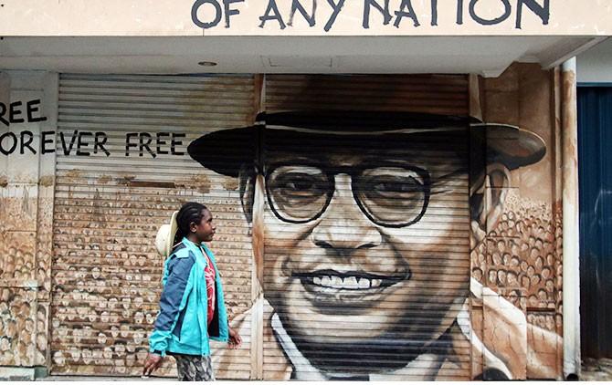 Wisatawan menikmati street art mural di kawasan pertokoan Jalan Gatot Subroto.