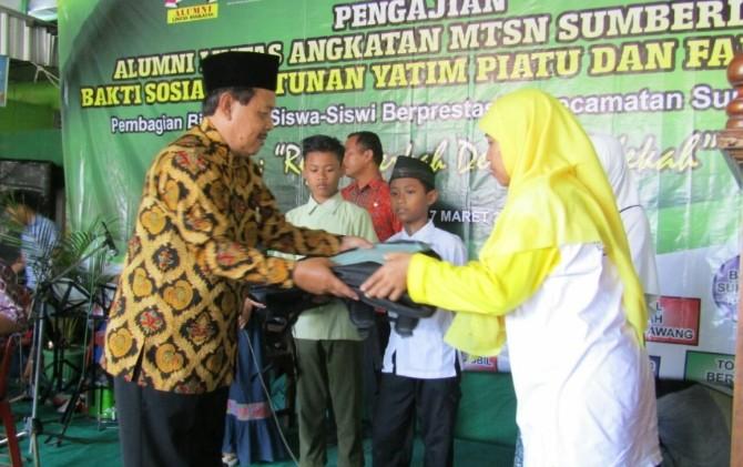 Penyerahan bantuan kepada siswa kurang mampu di Sragen dari alumni MTsN Sumberlawang, Sabtu (17/3).