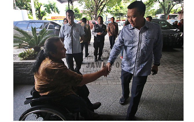 Menpora Imam Nahrawi menyalami Presiden NPC Indonesia, Senny Marbun di kantor NPC Indonesia, Senin (2/4).