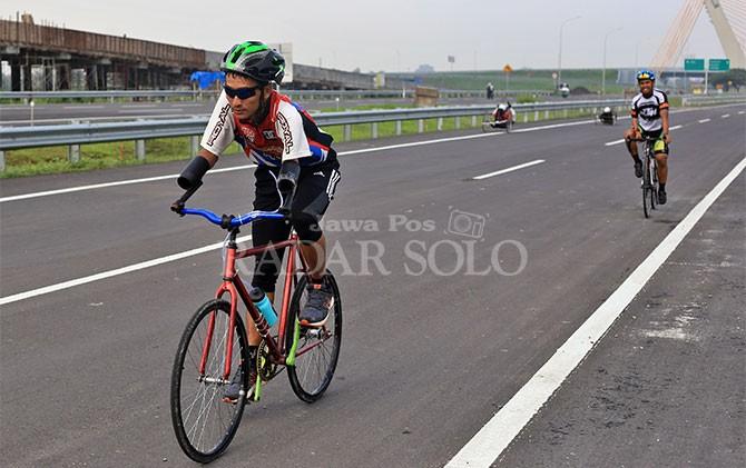 Atlet NPC Indonesia berlatih di Tol Solo-Kertosono yang akan dioperasikan segera.