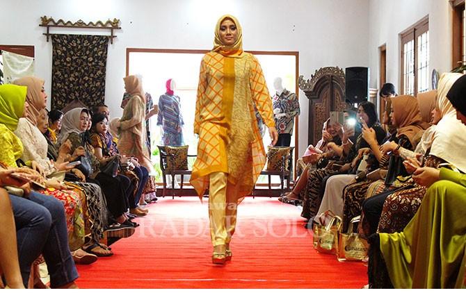 Motif Mega Mendung dikombinasikan dengan motif geometris menjadikan rancangan model Abaya berkesan elegan.