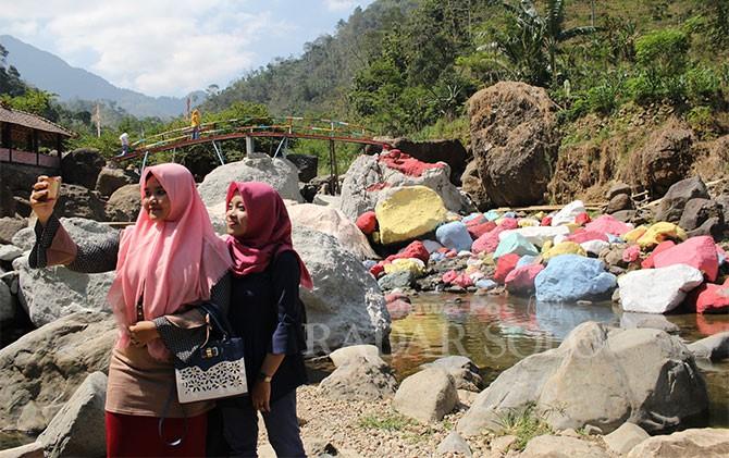 Pengunjung asyik berswafoto di Kedung Gong, Rahtawu.