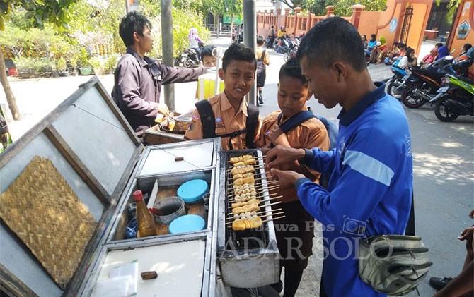 Giman asal Karang, Slogohimo ini dengan sabar melayani pembeli.