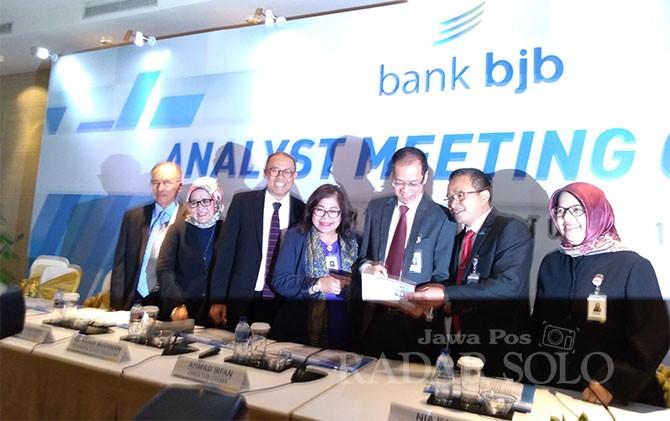 Direktur Utama bank bjb, Ahmad Irfan bersama jajaran direksi dan komisaris saat Analyst Meeting 2Q2018 di Glass House Hotel Ritz Carlton Pacific Place, Jakarta, Rabu (1/8).