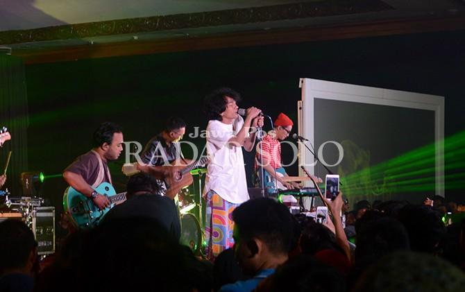 BIUS PENONTON: Aksi panggung Fourtwnty di Grand Ballroom The Sunan Hotel Solo, Minggu (19/8) malam.