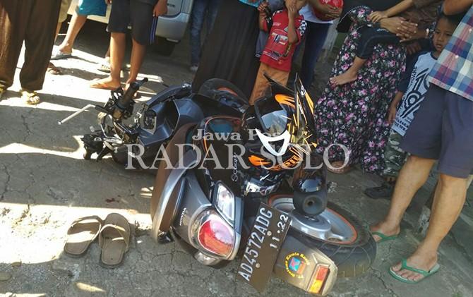 REMUK: Warga menyemut di lokasi kecelakaan ruas Ngadirojo-Sidoharjo.