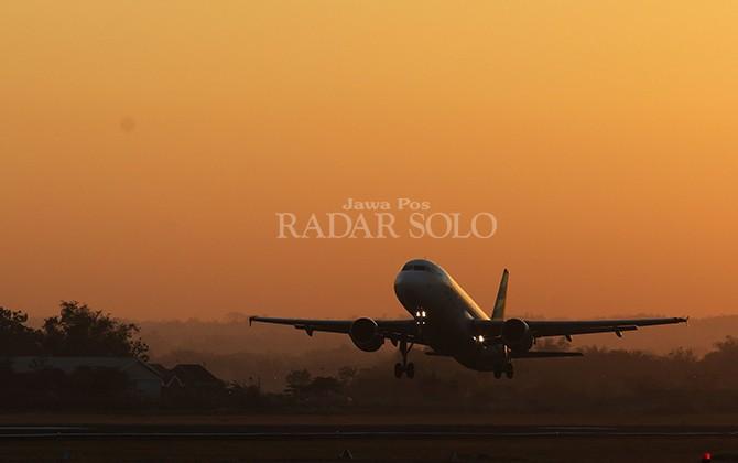BELUM IDEAL: Sebuah pesawat dari maskapai penerbangan nasional take-off di runway Bandara Internasional Adi Soemarmo, baru-baru ini.