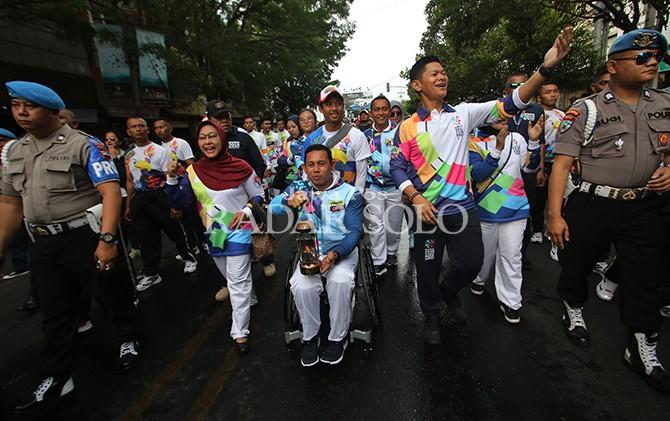 SEMANGAT: Ketua Inapgoc Raja Sapta Oktohari mendampingi atlet Asian Para Games 2018 pada kirab obor kemarin (5/9).