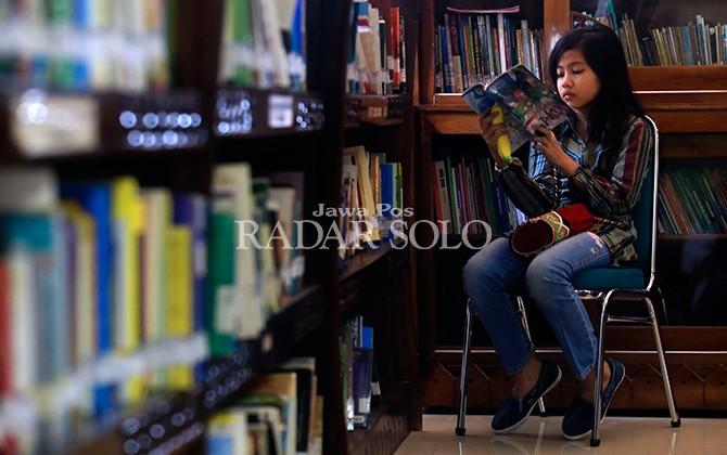 NYAMAN: Koleksi beragam buku di Arpusda dapat dengan mudah diakses masyarakat.
