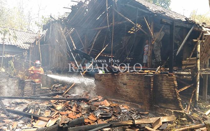HANGUS: Proses pemadaman kandang ayam di Dukuh Mladri, Desa Tempursari, Sambi.