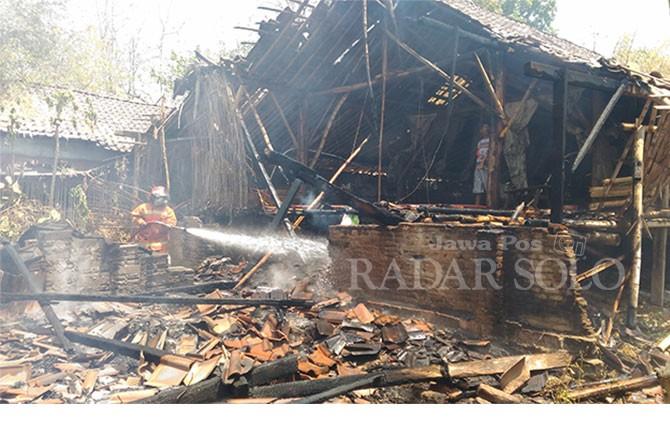 Proses pemadaman kandang ayam di Dukuh Mladri, Desa Tempursari, Sambi, Selasa (11/9).