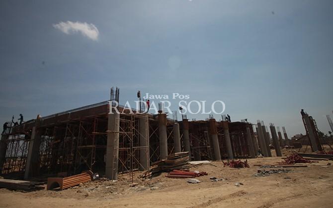 KHAWATIR CUACA: Proyek Gedung Dewan Sukoharjo dalam pengerjaan.