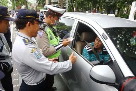 TERTIB; Penegakan hukum terhadap para pengemudi taksi online dilakukan dengan cara persuasif.
