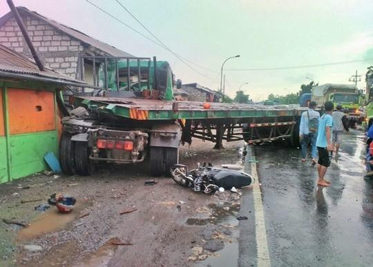 Truk trailer terguling di Jalan Raya Duduksampeyan sebabkan dua pemotor tewas.