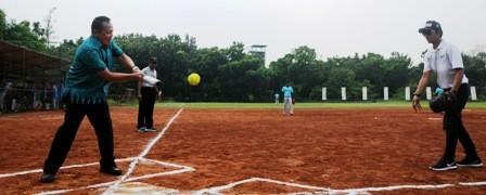 PEMBUKAAN: Ketua PB Perbasasi, Andika Monoarfa (kanan), melempar bola kepada Sutjipto (Koni Jatim), dalam pembukaan Kejurda Perbasasi Jatim di lapangan Baseball dan Softball Marinir, Gunungsari, Senin (19/3).