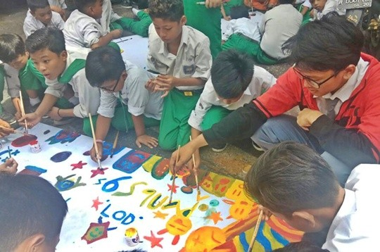 Para siswa Passion Seni Rupa SMAM 1 Gresik saat mengajar anak-anak di SDM 2 Gresik.