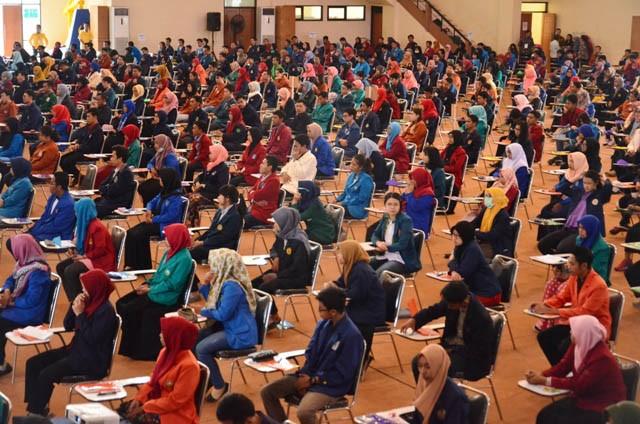 KOMPETISI: Ratusan peserta dari berbagai Perguruan Tinggi mengikuti kegiatan ON-MIPA Seleksi Tahap II bagi PT wilayah Jatim tahun 2018 di GOR Hasta Br