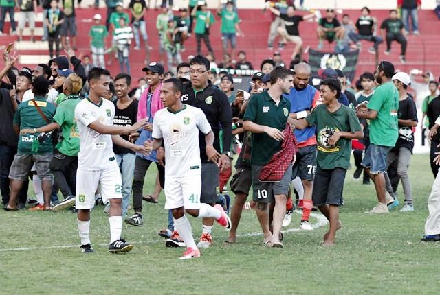 MEMBAUR: Para Bonek memasuki lapangan dan menghampiri para pemain Persebaya usai pertandingan melawan tim PS Tira pada pertandingan kompetisi Liga 1 2