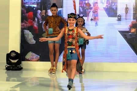 FASHION ANAK: Sejumlah anak berjalan di atas catwalk dengan mengenakan busana wastra Nusantara dalam rangkaian Women's Week di Atrium Royal Plaza Surabaya.