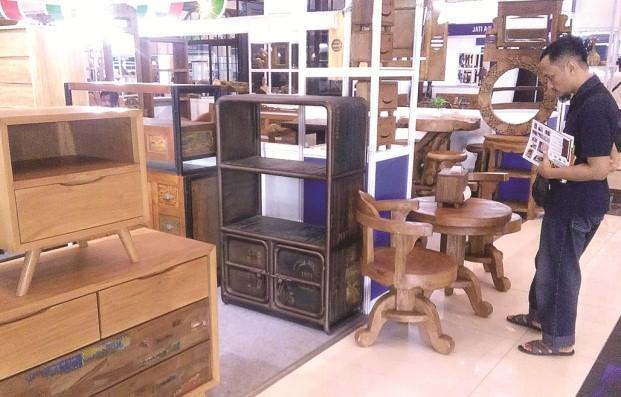 MINIM BAHAN BAKU: Pengunjung melihat produk mebel yang dipamerkan disela-sela pameran di salah satu pusat perbelanjaan di Surabaya beberapa waktu lalu