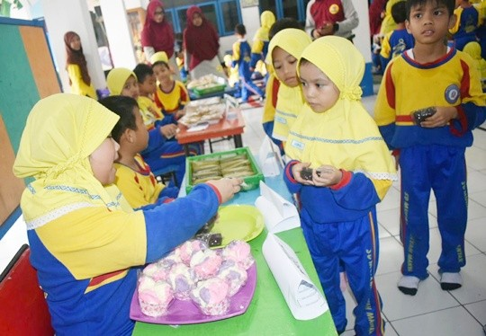 Kudapan makanan tradisional terus diedukasi sebagai bekal sekolah para pelajar di Gresik