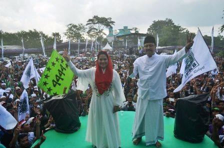 SIAP MENANG: Calon gubernur dan wakil gubernur Jatim Saifullah Yusuf-Puti Guntur Soekarno dalam kegiatan istigosah akbar di Jember.