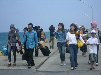 Suasana pelabuhan Bawean, saat kapal sandar. Sebagian warga Bawean yang pulang dari tanah rantau.