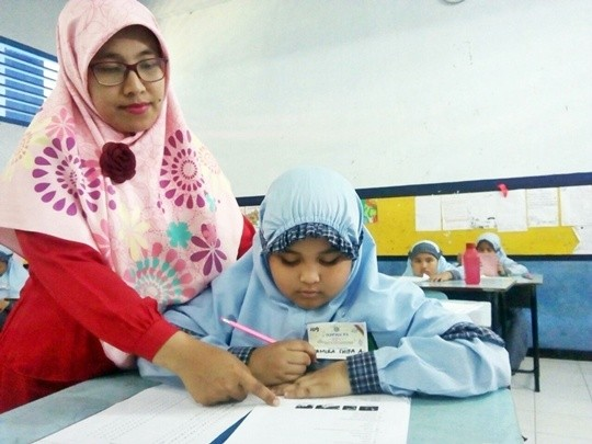Para siswa SD saat melakukan penyisihan Olipa rayon tengah yang dilakukan oleh klinik sains, kemarin.