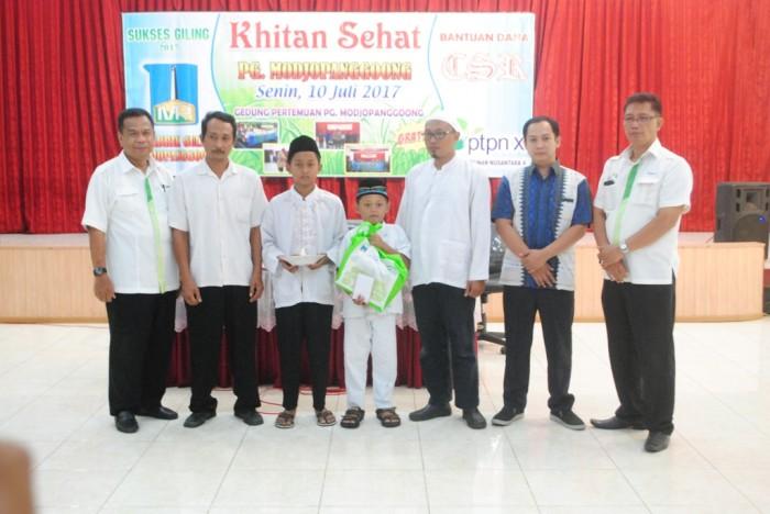 AKSI SOSIAL : GM PG Modjopanggoong Bambang Hari Nugroho (kiri) foto bersama usia penyerahan bingkisan ke peserta khitan.