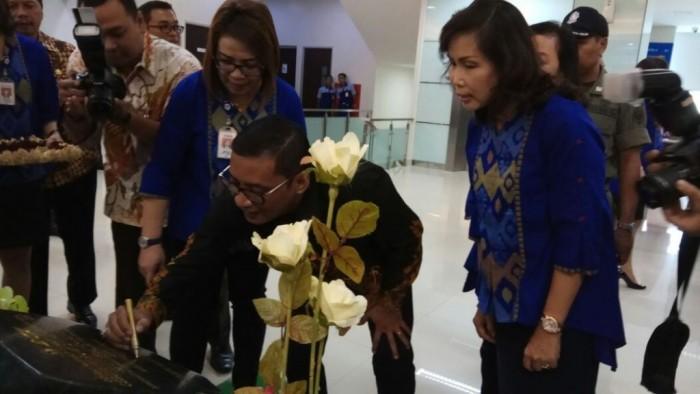 SIMBOLIS: Penandatangan prasasti peresmian kantor baru BCA oleh Bupati Tulungagung Syahri Mulyo S.E., M.Si.