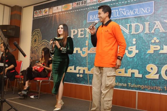 MENGHIBUR : Perwakilan peserta TPR bernyanyi di panggung