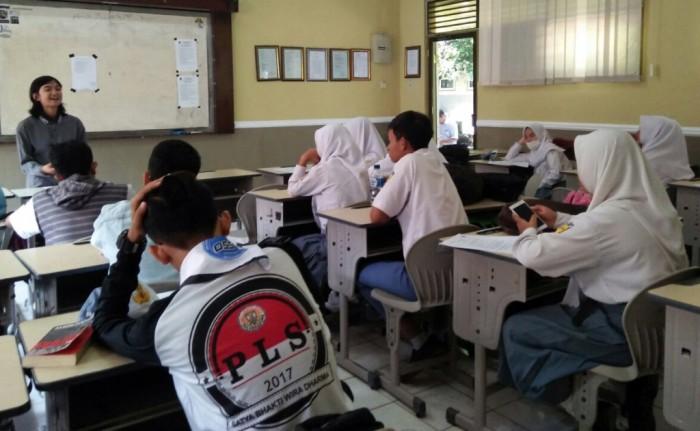 LANCAR : Staf event Jawa Pos Radar Tulungagung, Retta Wulansari sedang memberikan arahan pada road show di SMAN 1 Boyolangu, kemarin