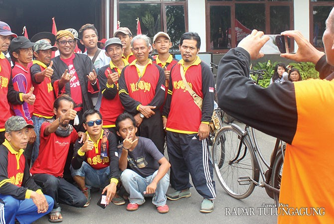 RAMAH: Sebagian peserta memanfaatkan kesempatan untuk berfoto bersama Bupati Syahri.