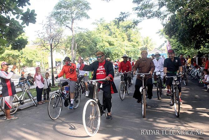 SEMANGAT: Bupati Syahri Mulyo dan Wabup Maryoto Birowo memimpin rombongan peserta Tulungagung Ngonthel Turonggo, kemarin (5/11).