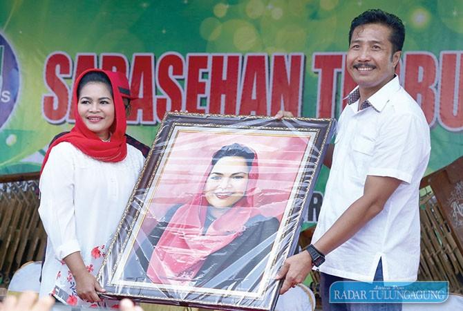 LINGKAR WILIS: Cawagub Puti Guntur Soekarno menerima karya lukisan dari Ketua DPRD Tulungagung Supriyono. Puti mendapat aspirasi untuk memperjuangkan realisasi proyek strategis Lingkar Wilis.